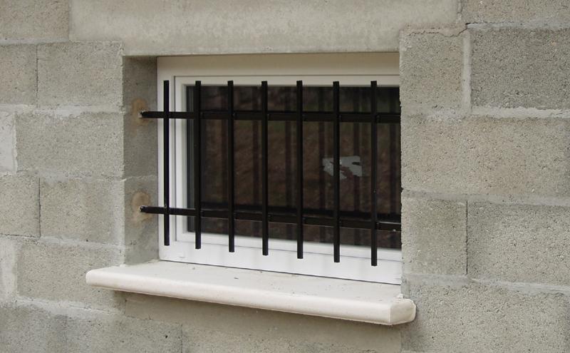 S curiser les portes et fen tres s curit la maison for Installer fenetre sous sol
