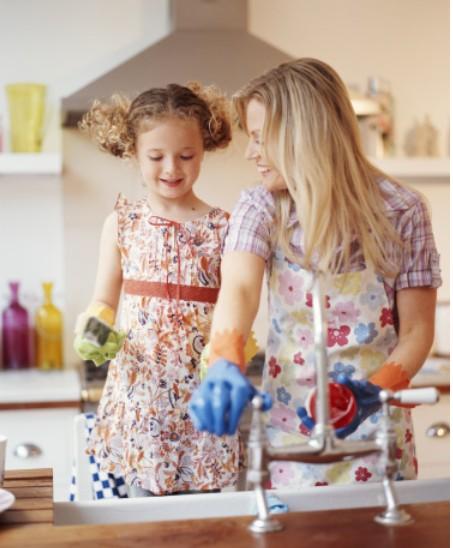 mere et fille dans une cuisine