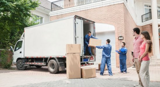 Déménageurs qui chargent des cartons dans un camion de déménagement