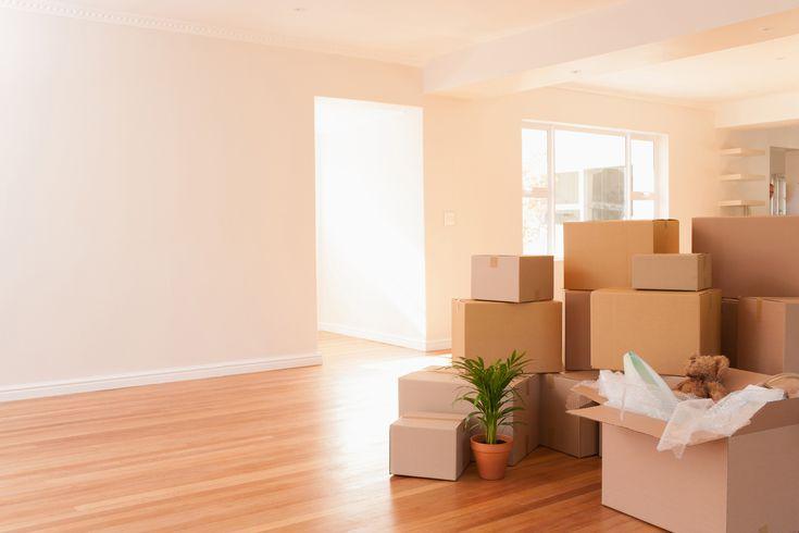 Pile de cartons dans un salon lors d'un déménagement