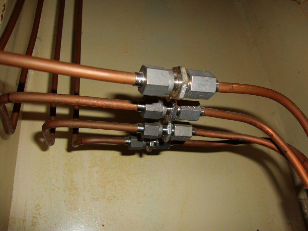 Trois tuyaux pour le gaz en cuivre