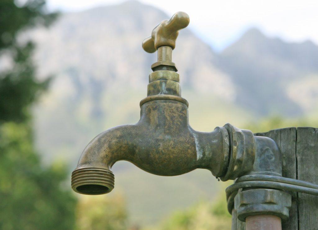 Un robinet de jardin en plomb