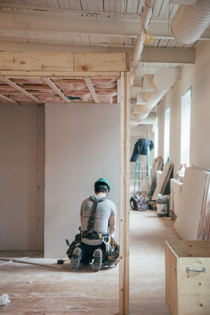 Un ouvrier dans une maison en construction