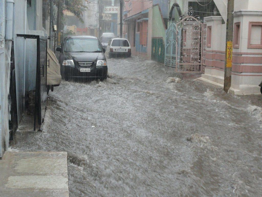 maison et voiture dans une zone inondable